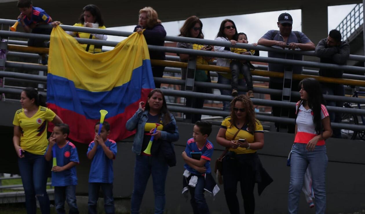 Aficionados de Colombia esperando el bus con los jugadores