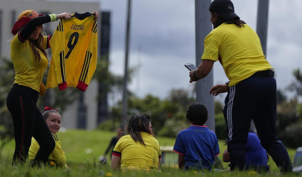 Las familias esperando a la Selección Colombia en la calle 26
