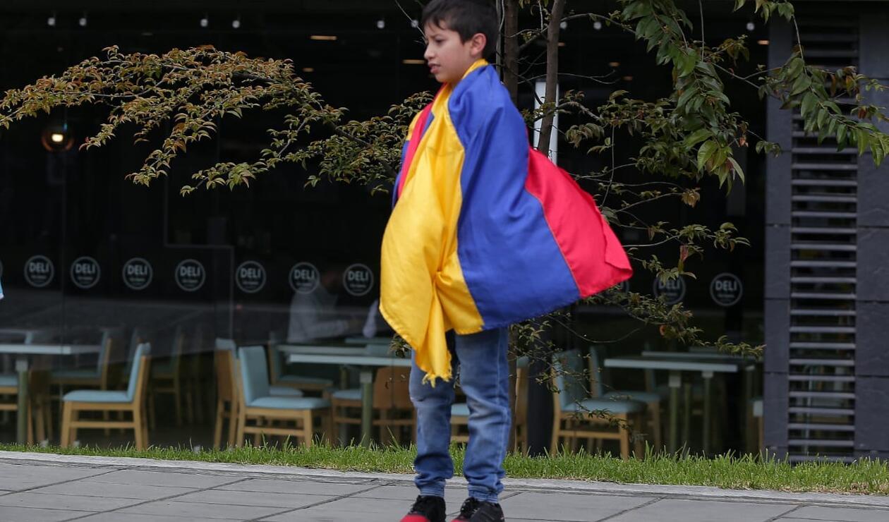 Los niños se hicieron presentes en las calles de Bogotá para recibir a los jugadores de Colombia