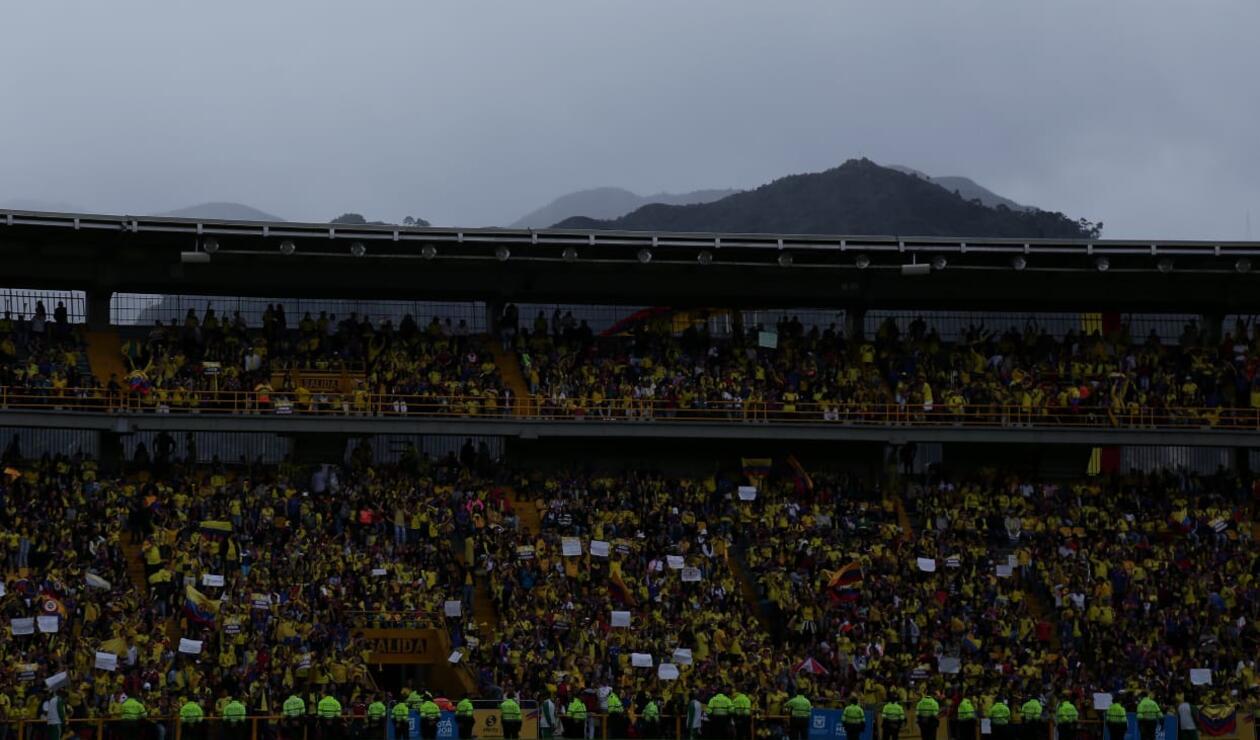 Aficionados de la 'Tricolor' esperando a la selección en El Campín