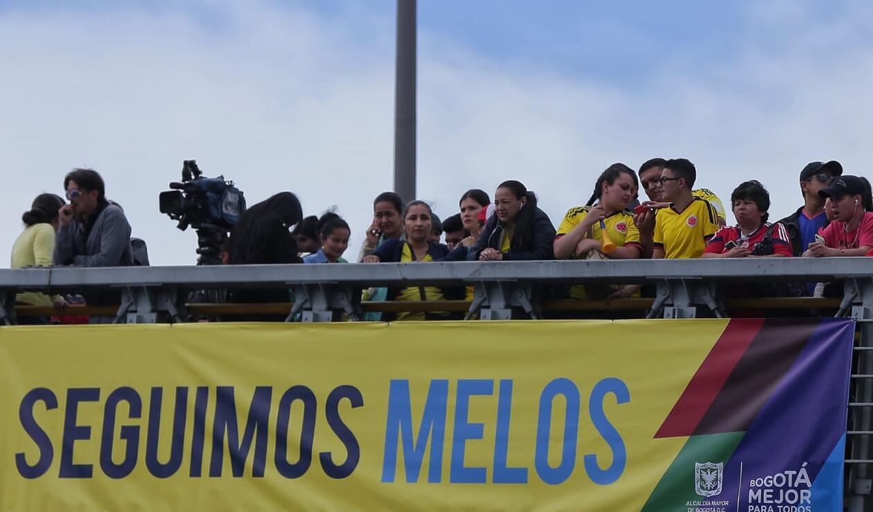 """""""Seguimos Melos"""" la pancarta que recibe a los jugadores de Colombia"""