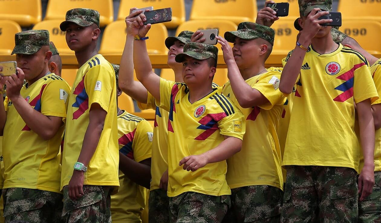 Miembros del Ejército Nacional esperando a los jugadores de Colombia en El Campín
