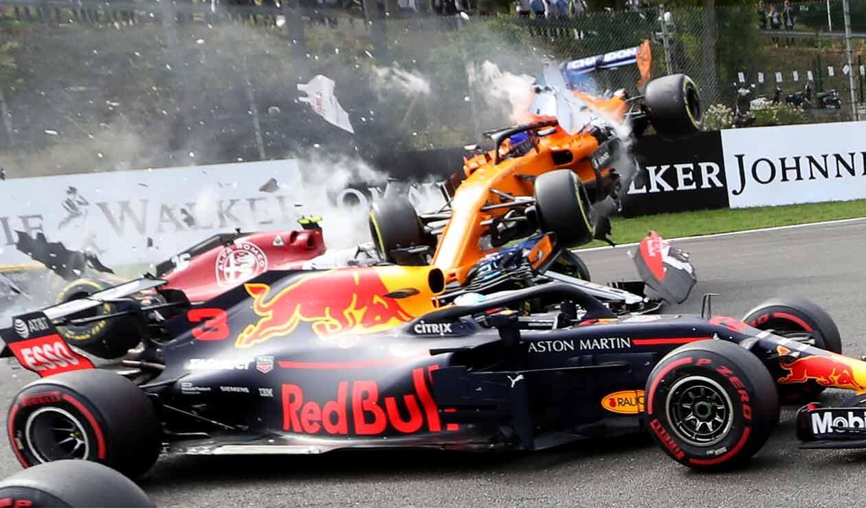 Fernando Alonso tras el choque con el alemán Nico Hülkenberg en el Gran Premio de Bélgica de Fórmula 1