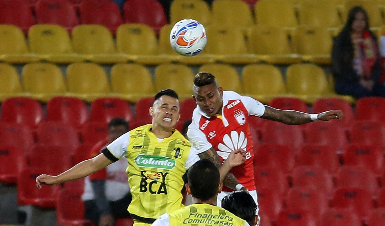 Arley Rodríguez disputa el balón con un jugador de Alianza Petrolera