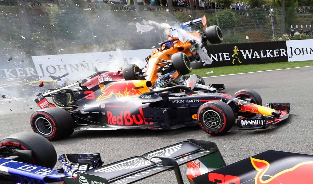 Fernando Alonso rebasa al auto de Daniel Ricciardo en el Gran Premio de Bélgica de Fórmula 1