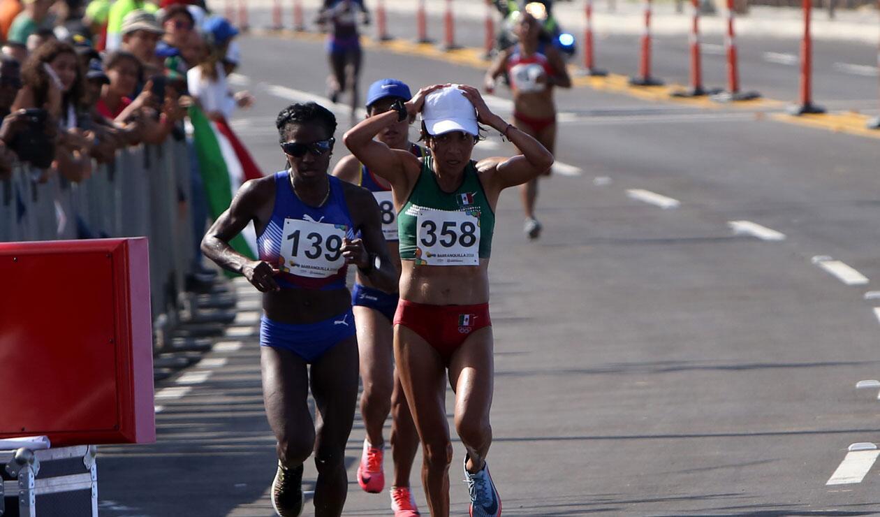 Varias atletas durante la prueba femenina de la maratón de los Juegos Centroamericanos y del Caribe Barranquilla 201