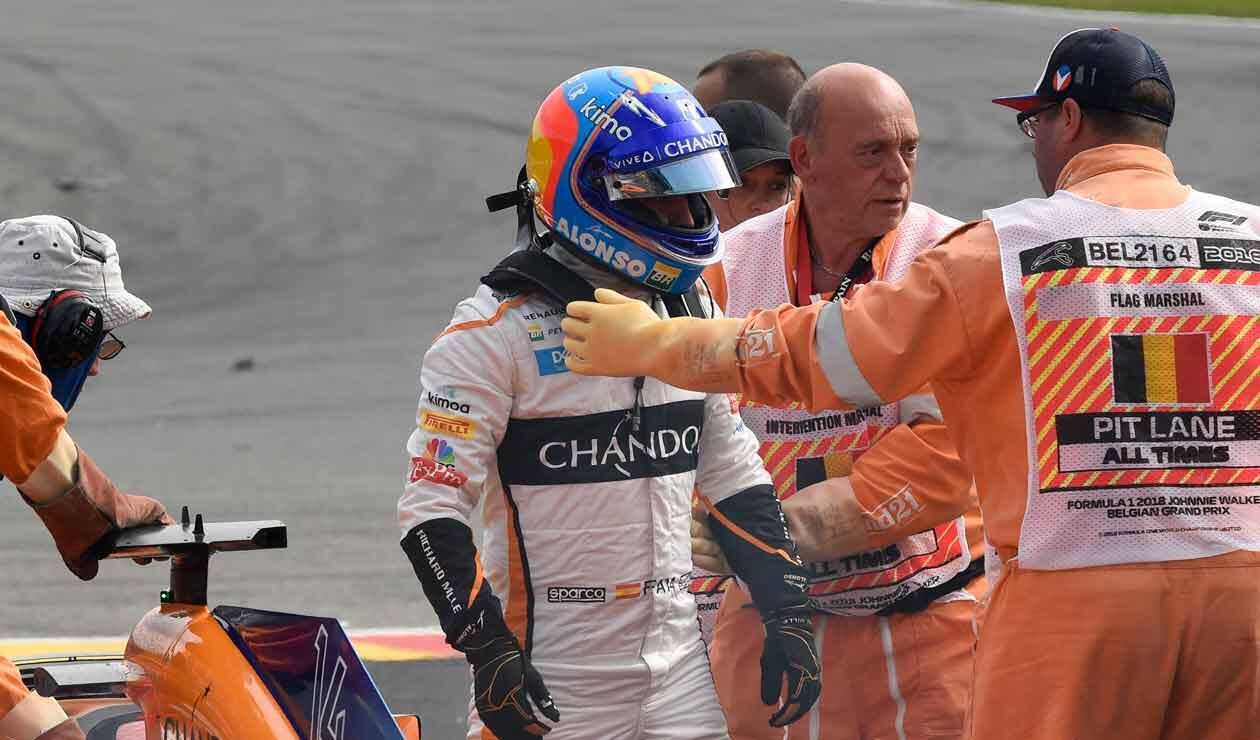 Fernando Alonso es atendido luego de su accidente en la primera vuelta del Gran Premio de Bélgica