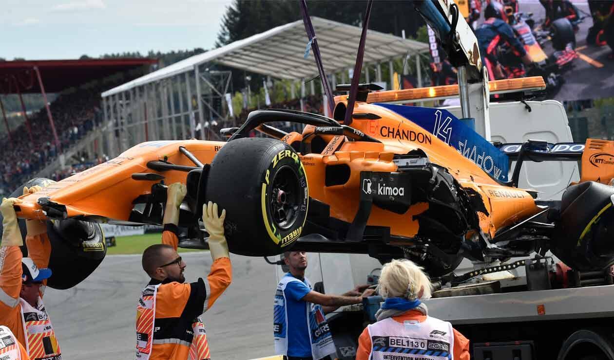 El auto de Fernando Alonso cuando fue retirado de la pista tras el duro accidente en el Gran Premio de Bélgica