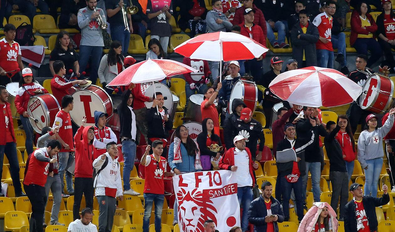 Hinchas de Independiente Santa Fe alentando ante Alianza Petrolera