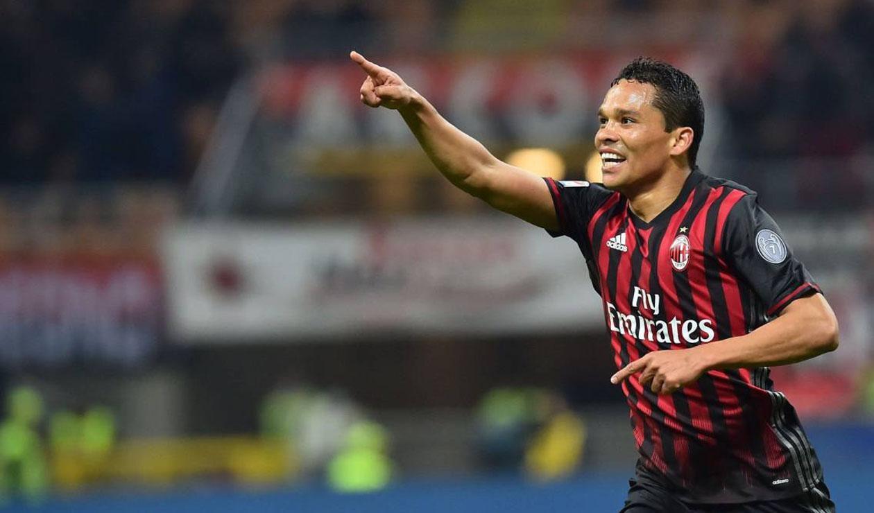 Carlos Bacca jugando para el AC Milan