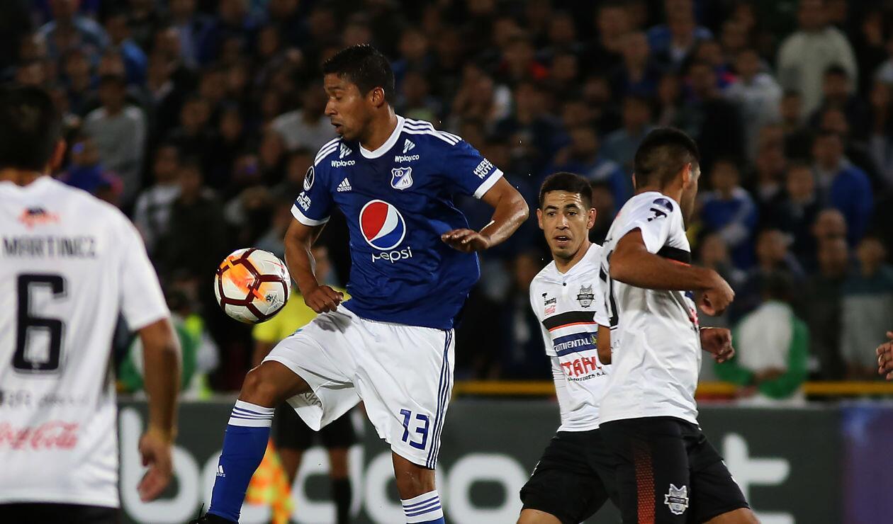Cristian Marrugo controla ante la presión de un jugador de General Díaz en la Copa Sudamericana