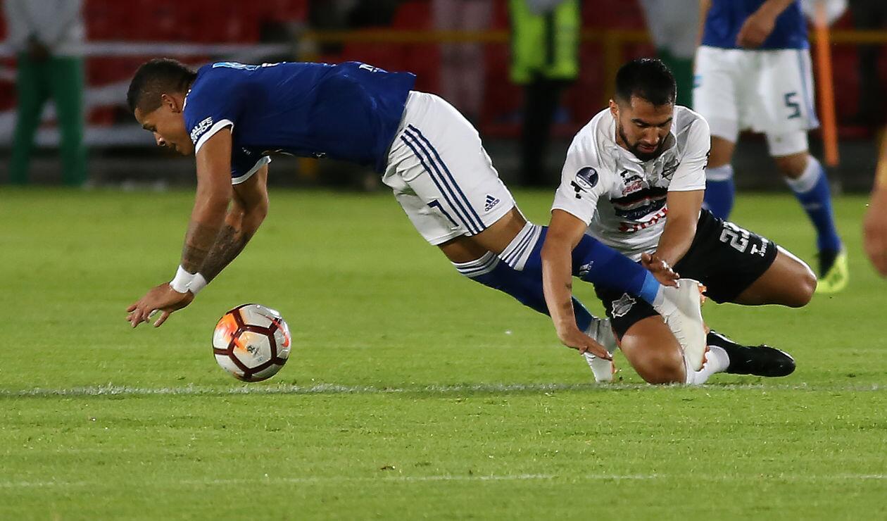Ayron del Valle es derribado por un jugador de General Díaz en la Copa Sudamericana