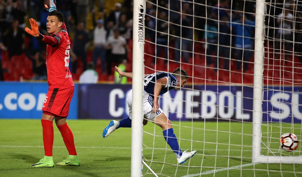 Gabriel Hauche la empuja con el pecho para el primer gol de Millonarios ante General Díaz en la Copa Sudamericana