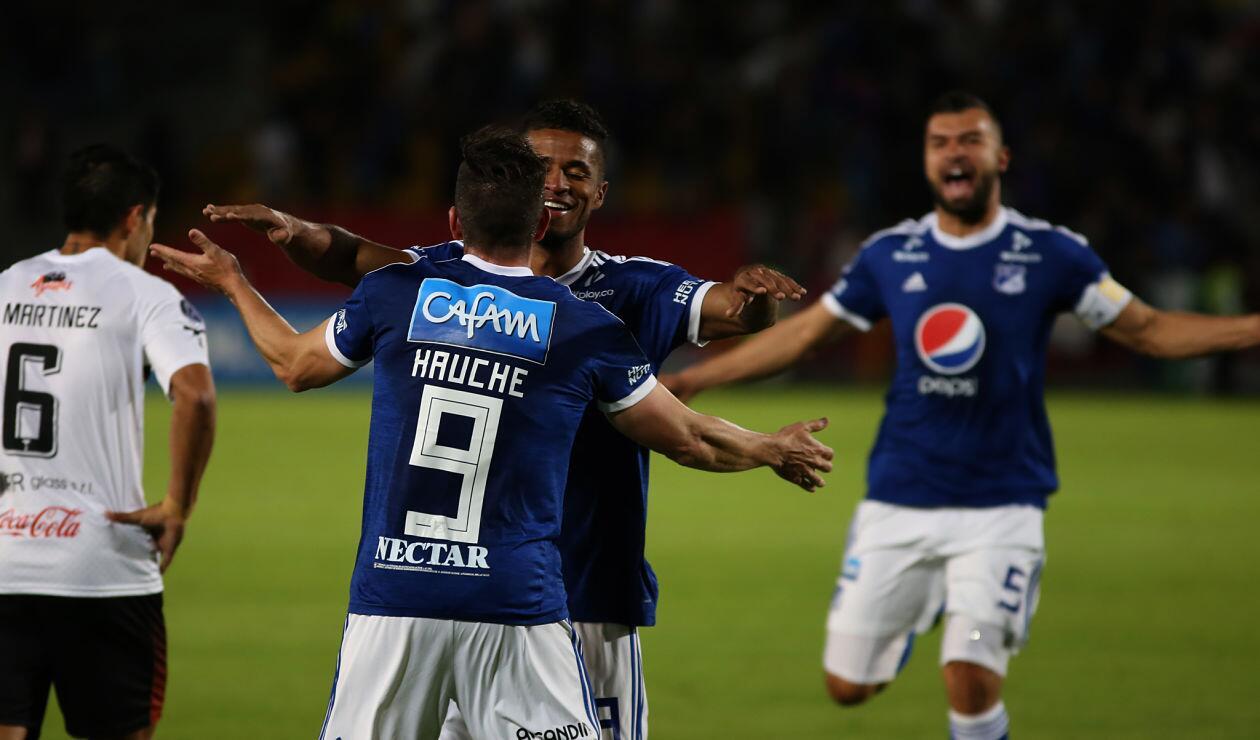 Gabriel Hauche celebra con César Carrillo el primer gol de Millonarios ante General Díaz