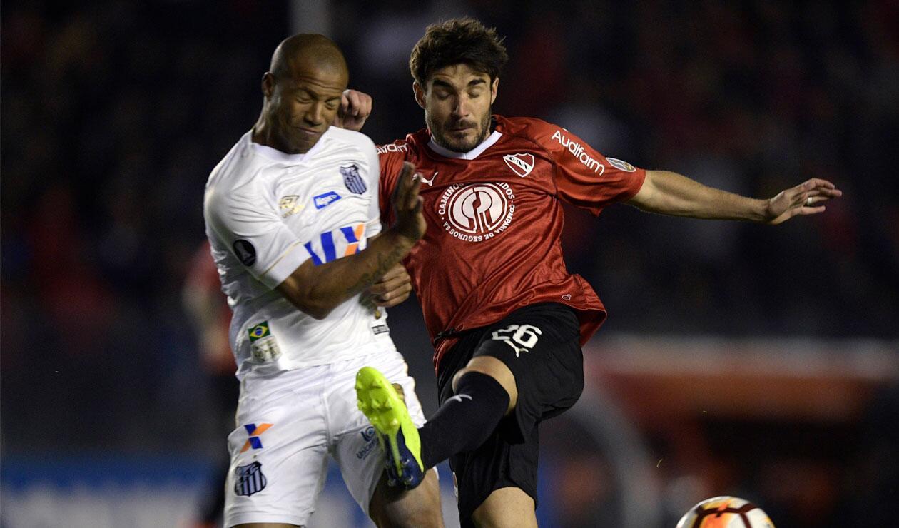 Carlos Sánchez del Santos disputa el balón con un jugador de Independiente
