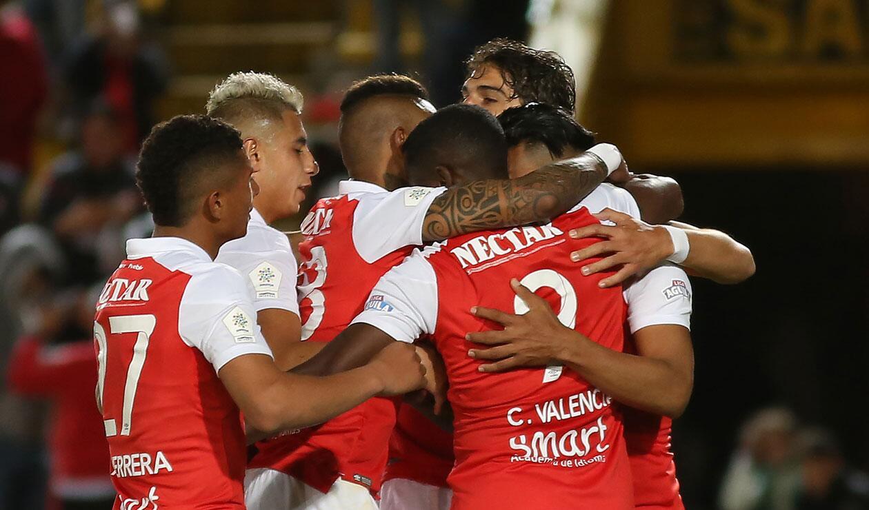 Independiente Santa Fe celebra el cuatro gol ante Alianza Petrolera en El Campín