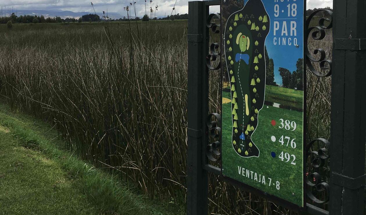 Tee del hoyo nueve del campo público de golf La Florida en Bogotá.