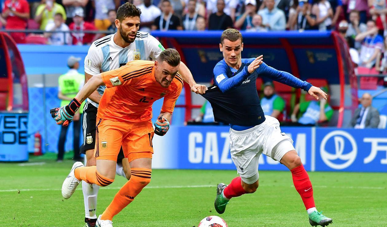 Federico Fazio y Franco Armani compiten la pelota contra Antoine Griezmann en Rusia 2018