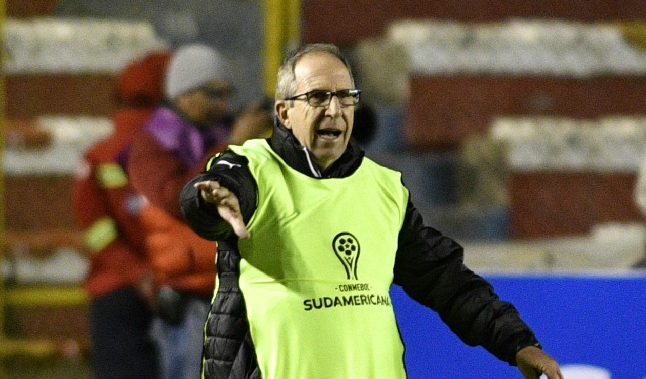 Gerardo Pelusso dirigiendo al Deportivo Cali ante Bolívar en la Copa Sudamericana