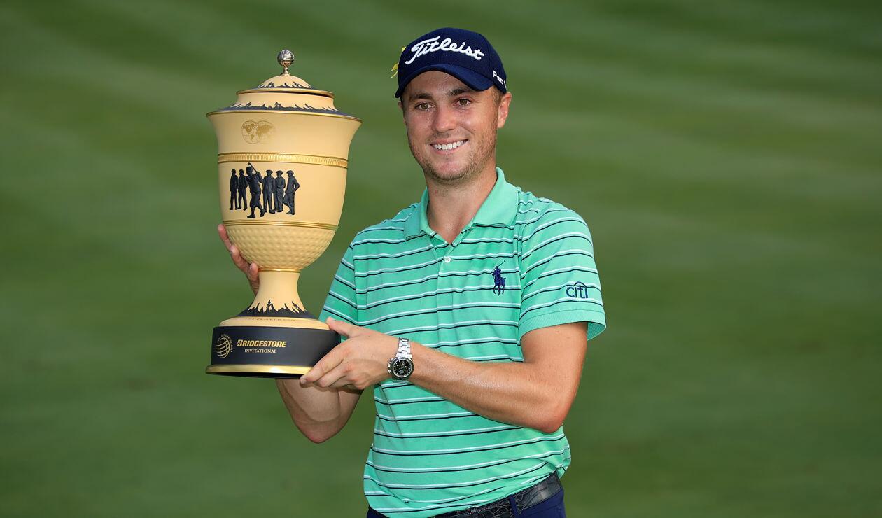 Justin Thomas posa con la Copa Gary Player después de ganar el World Golf Championships-Bridgestone