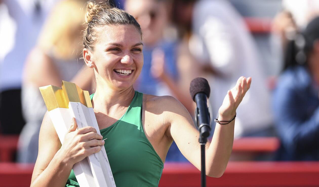 Simona Halep posa con el trofeo tras ganar en Montreal