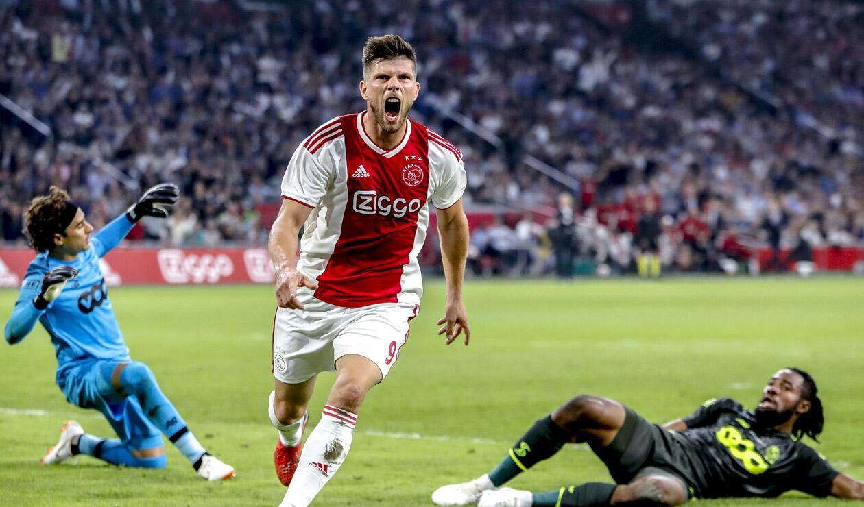 Klaas-Jan Huntelaar celebrando un gol con el Ajax en el repechaje a la fase de grupos de la Champions League, edición 2018/2019