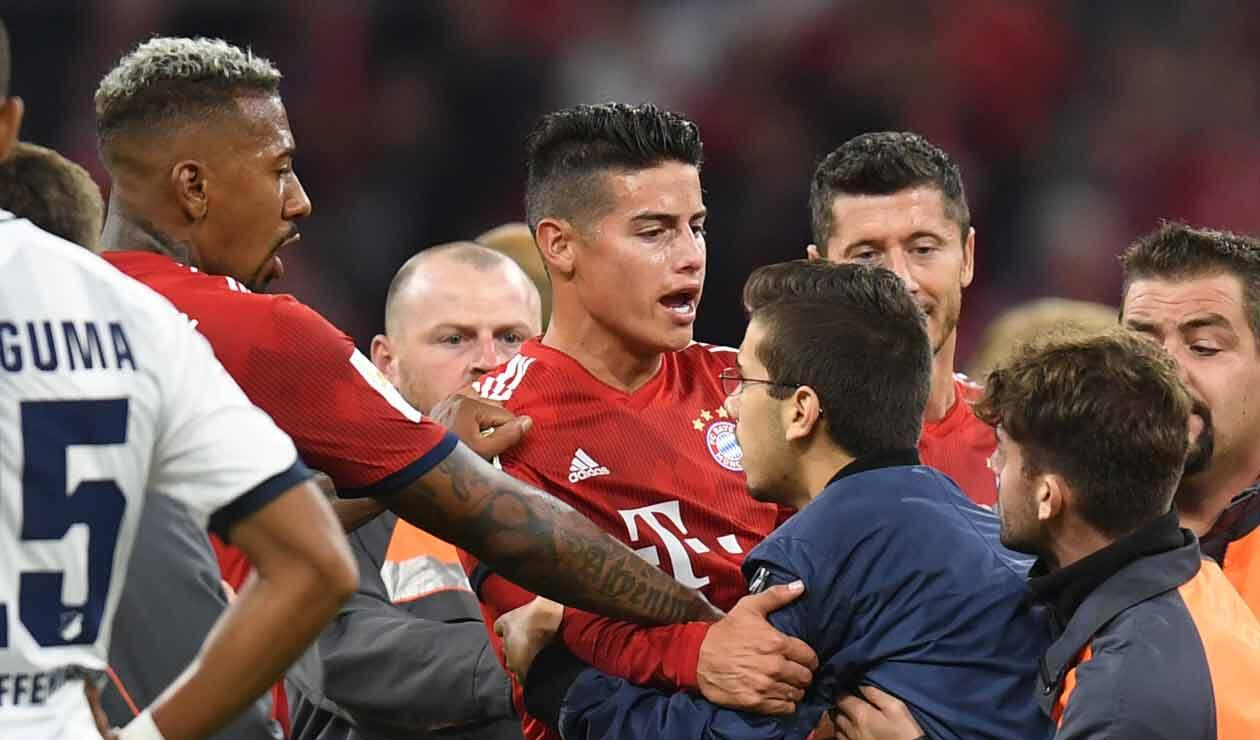 James Rodríguez durante la invasión de campo que hubo en el partido del Bayern Munich ante Hoffenheim