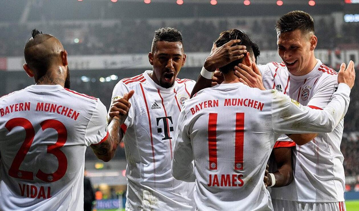 James Rodríguez celebrando un gol con sus compañeros del Bayern Múnich