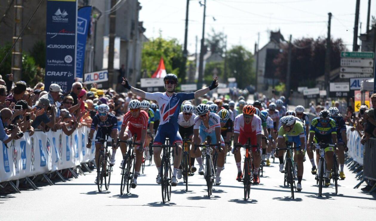 El británico Matthew Gibson celebrando la etapa cinco del Tour de Porvenir