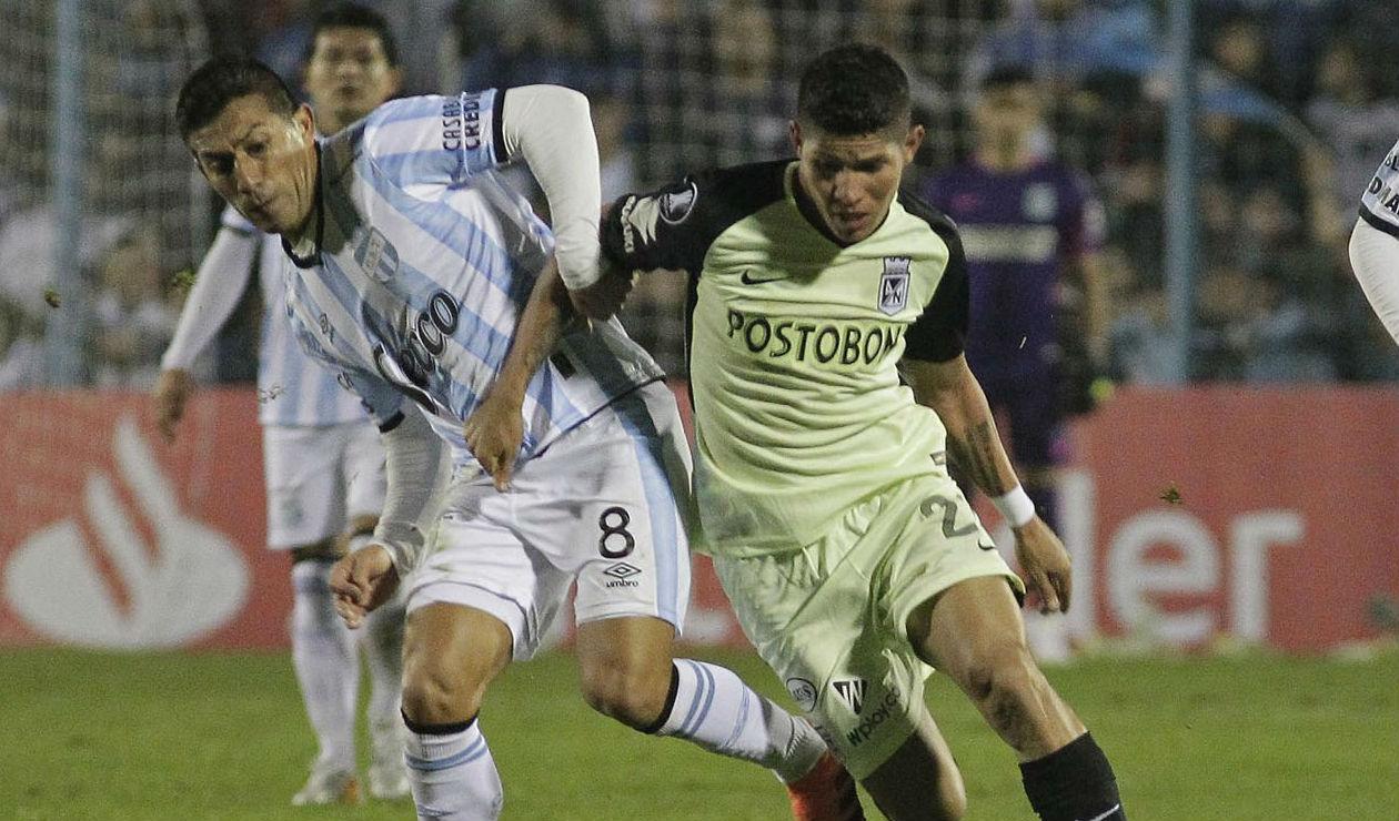 Guillermo Acosta de Atlético Tucumán y Jorman Campuzano de Atlético Nacional en el juego de ida de los octavos de final de la Copa Libertadores 2018.