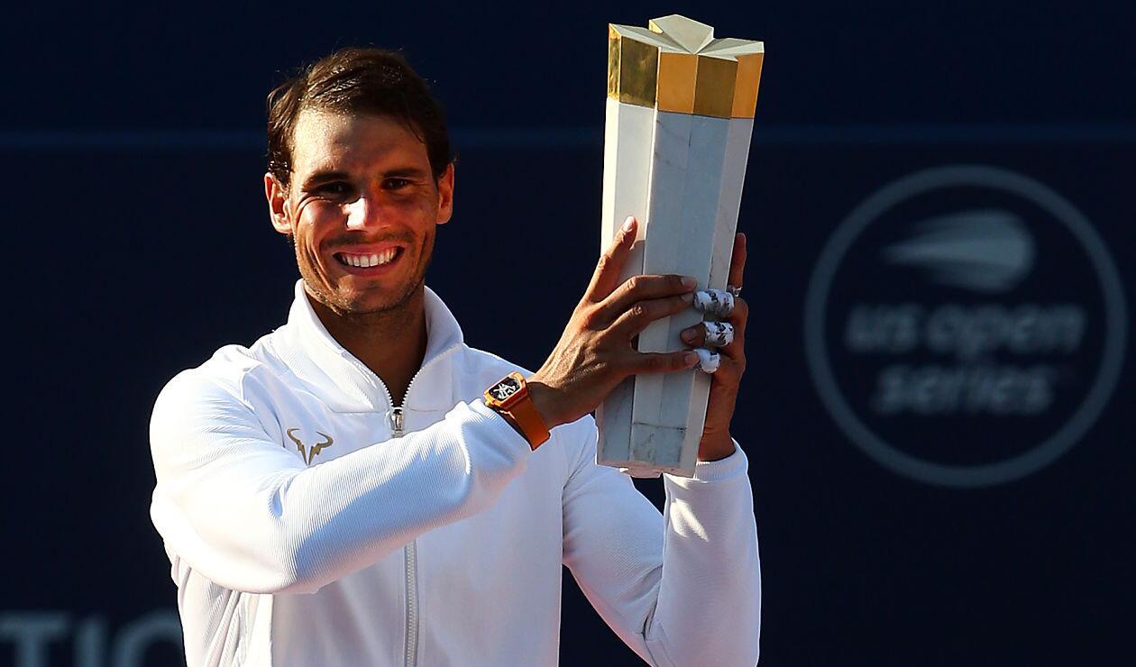 Rafael Nadal posa con el trofeo Masters 1000 de Toronto