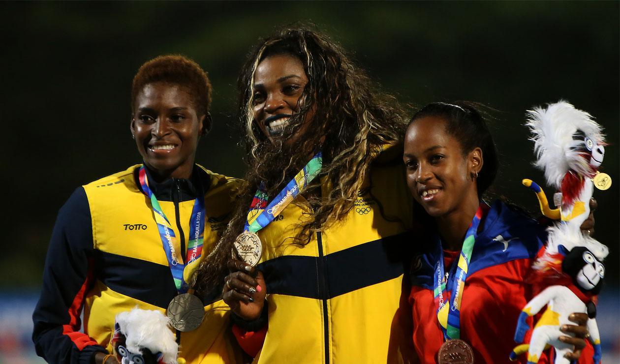 Caterine Ibargüen y Yosiris Urrutia tras la final del salto triple en los Juegos Centroamericanos y del Caribe Barranquilla 2018