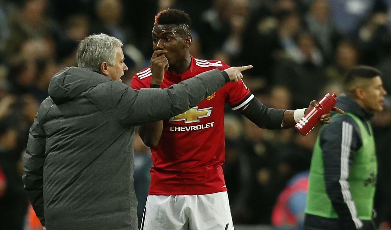 Paul Pogba sostiene una conversación técnica con José Mourinho