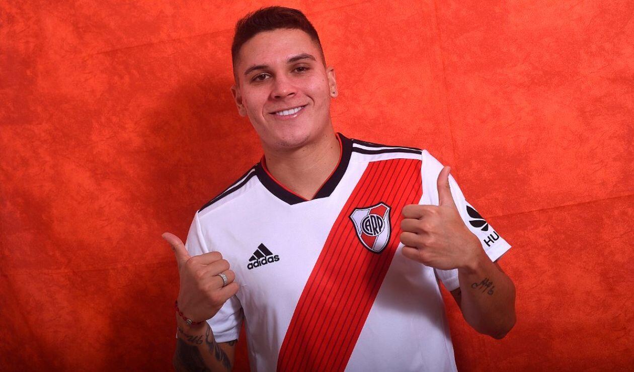 Juan Fernando Quintero posa con la nueva indumentaria de River Plate