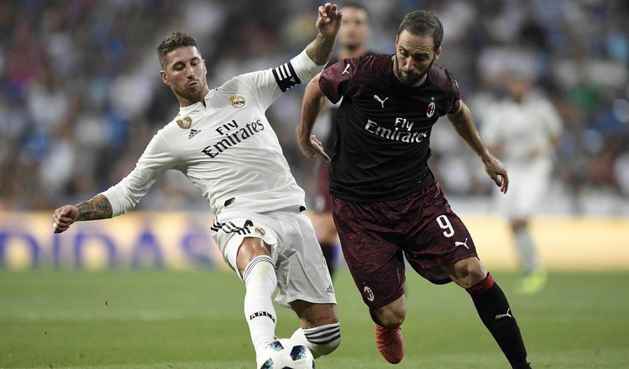 Sergio Ramos y Gonzalo Higuaín disputan una pelota en el Trofeo Santiago Bernabéu