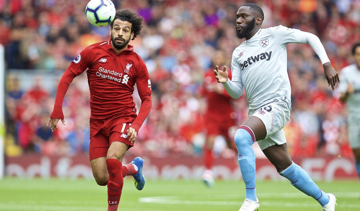Mohamed Salah disputando un balón