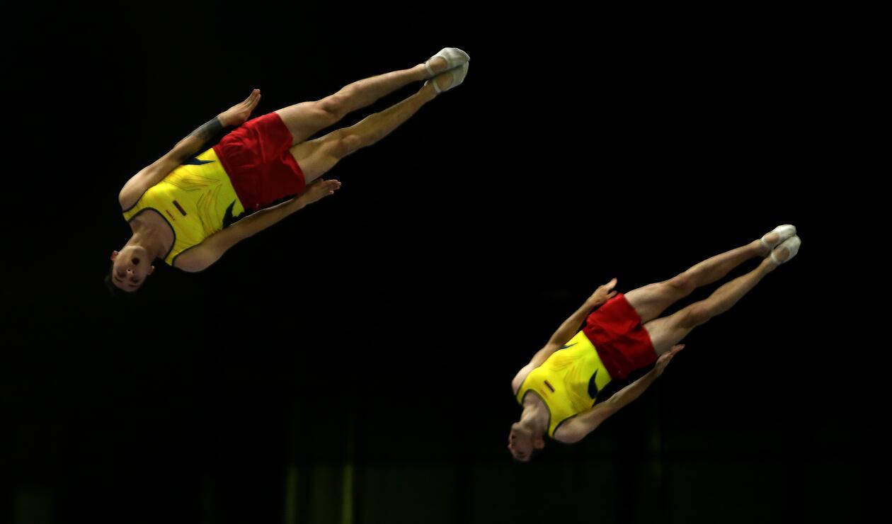 Dos gimnastas en la prueba de trampolín por parejas de los Juegos Centroamericanos y del Caribe Barranquilla 2018