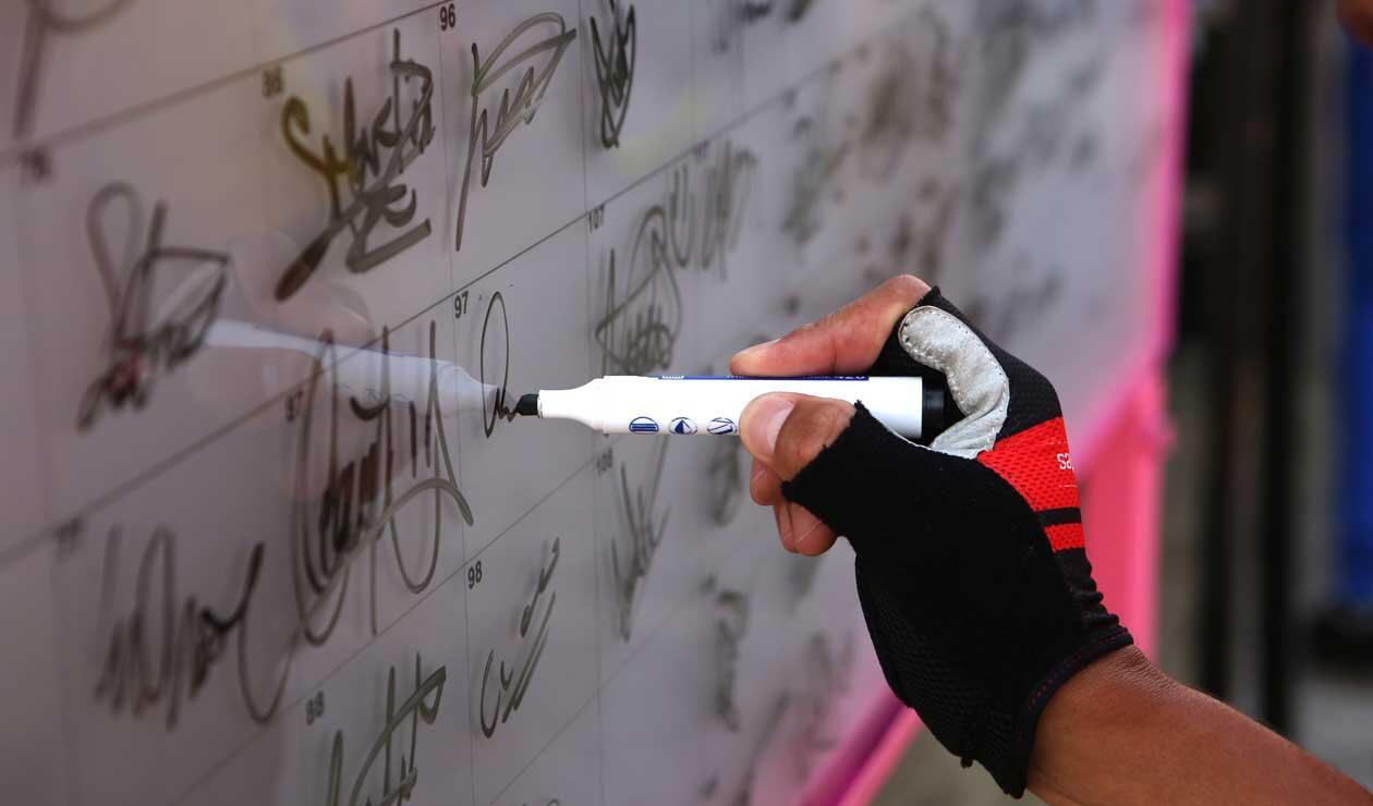 Ciclista firmando la planilla para el inicio de la segunda etapa del Clásico RCN