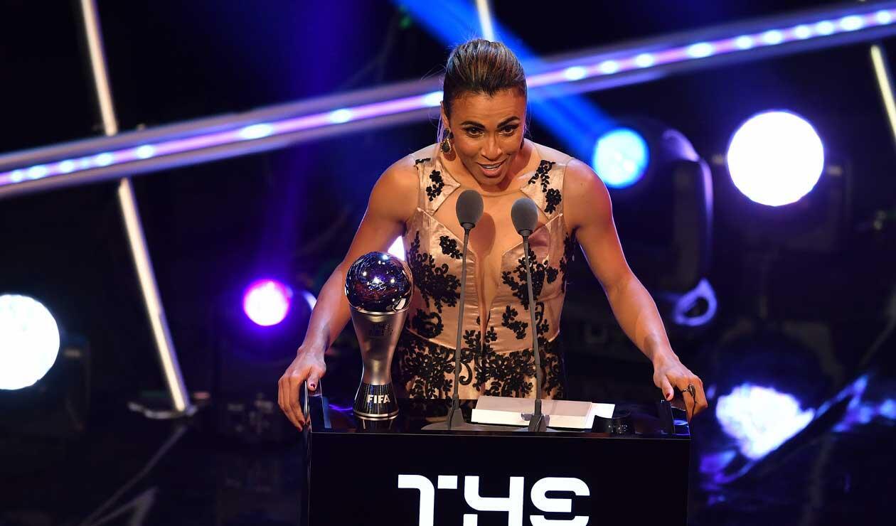 Marta recibe el premio de mejor jugadora del año en la gala de los premios The Best organizada por la FIFA