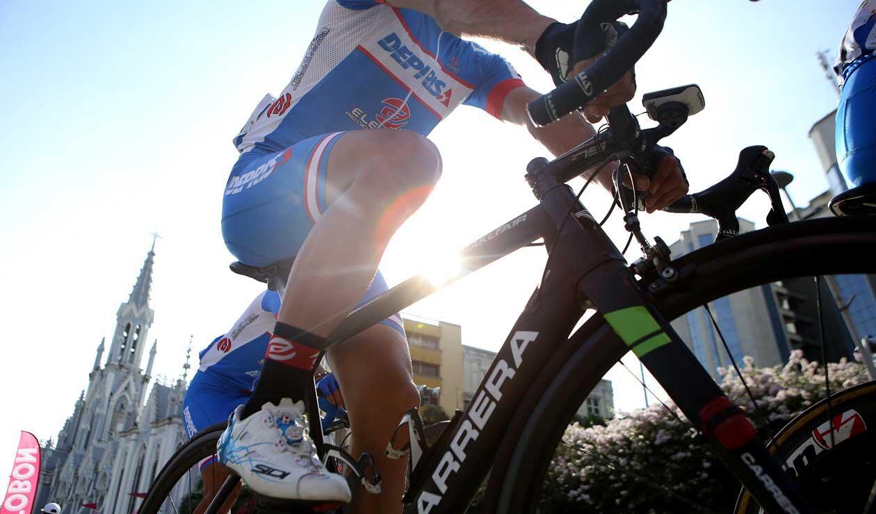 Ciclista del Supergiros, listo para la segunda etapa del Clásico RCN
