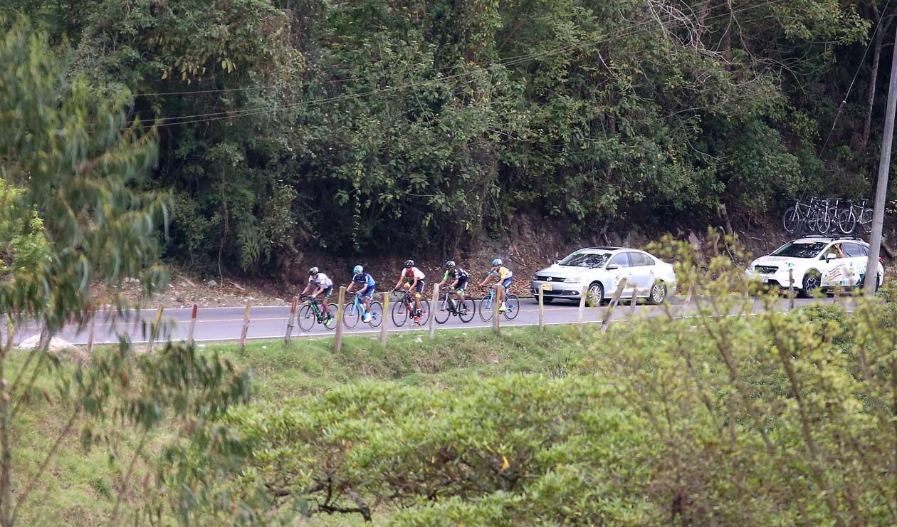 Los corredores fugados en el transcurso de la cuarta etapa del Clásico RCN
