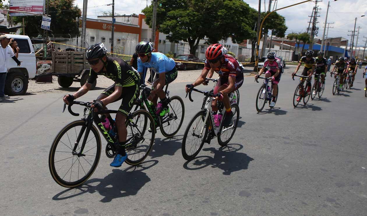 Ciclistas en el Clásico RCN Arwak 2018