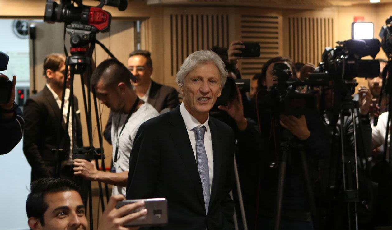 José Pékerman llegando a la rueda de prensa para anunciar su decisión de no seguir en la Selección Colombia