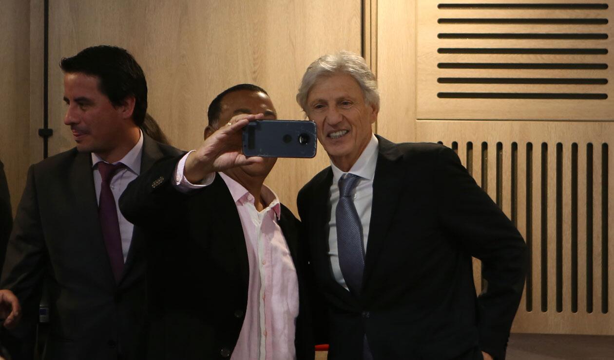 José Pékerman y una foto con un aficionado antes de anunciar su salida de la Selección Colombia