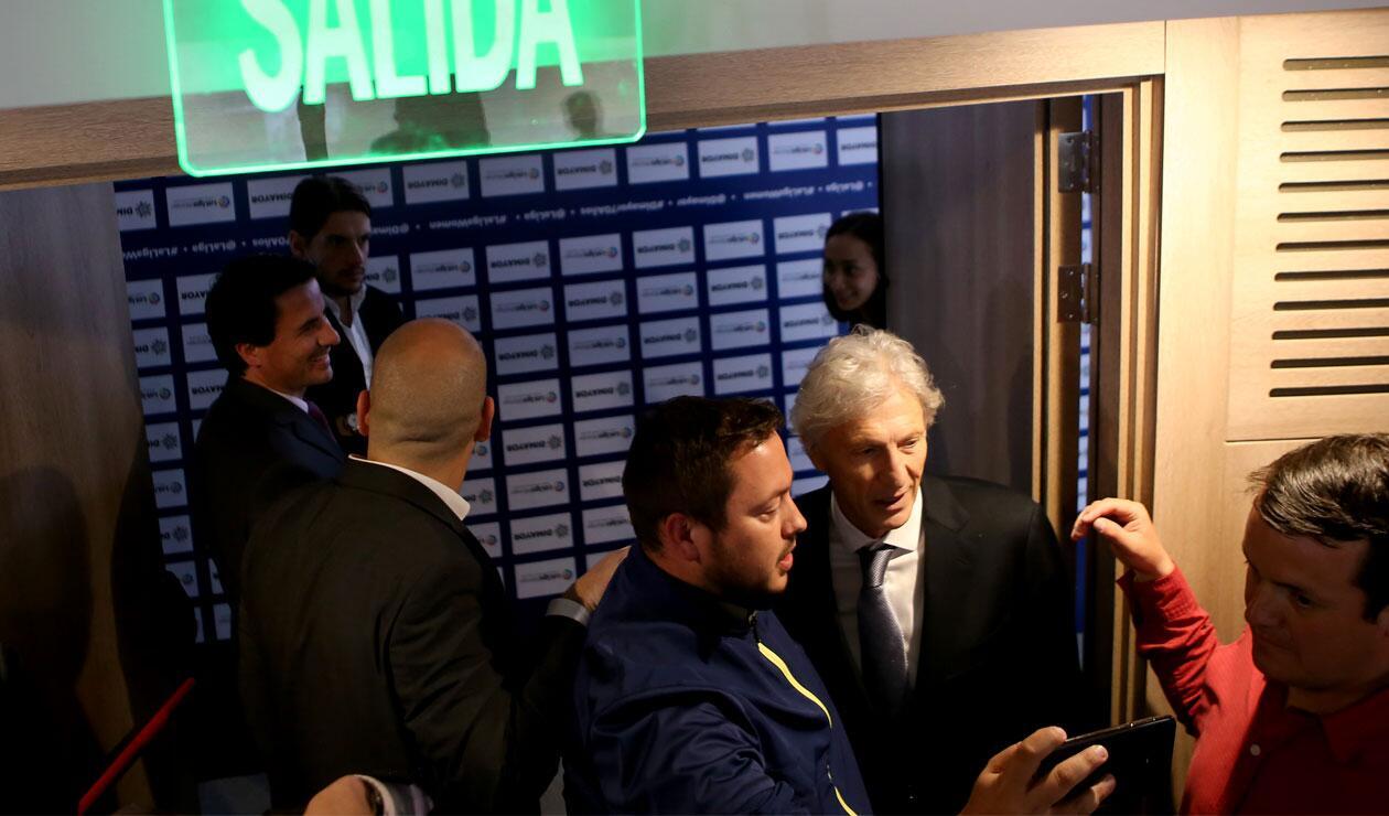José Pékerman posa con un aficionado antes de anunciar su salida de la Selección Colombia
