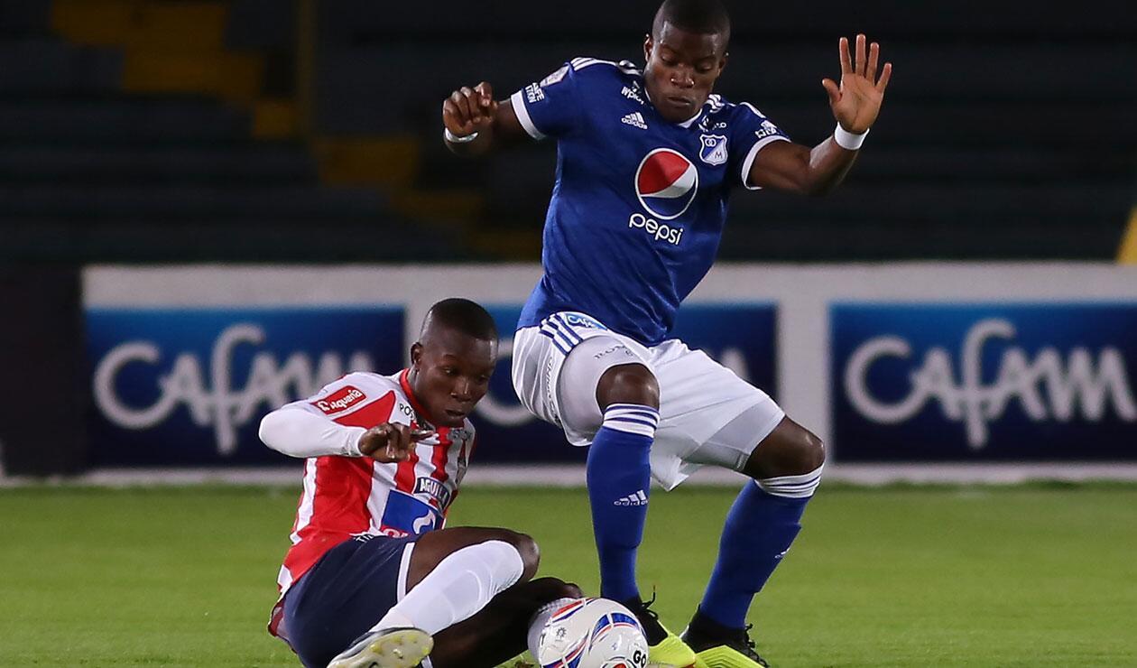 Andrés Román (Millonarios) disputa el balón con Daniel Moreno (Junior) en la novena fecha de la Liga Águila
