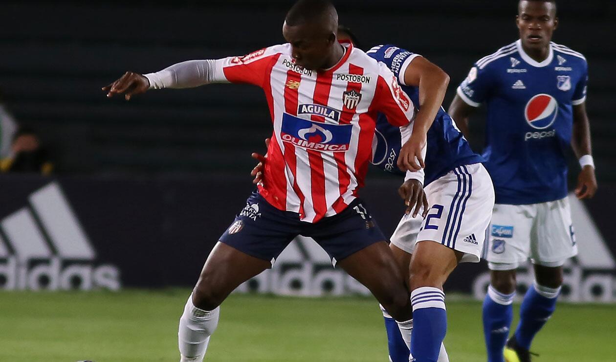 Daniel Moreno (Junior) defiende la posesión del balón en el partido ante Millonarios por la 9ª fecha de la Liga Águila