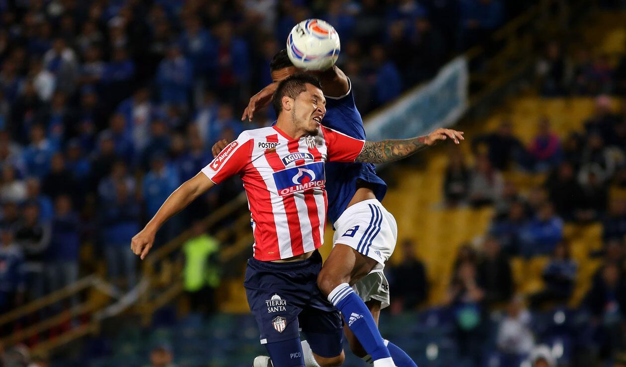 Leonardo Pico (Junior) y David Macálister Silva (Millonarios) disputan un balón