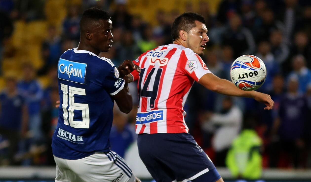 Jader Valencia (Millonarios) y Leonardo Pico (Junior) en una jugada durante el cierre de la 9ª fecha de la Liga Águila
