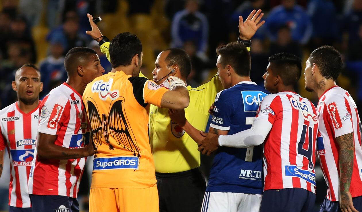 Momento donde el árbitro decretó penal en el partido ante Junior por la novena fecha de la Liga Águila